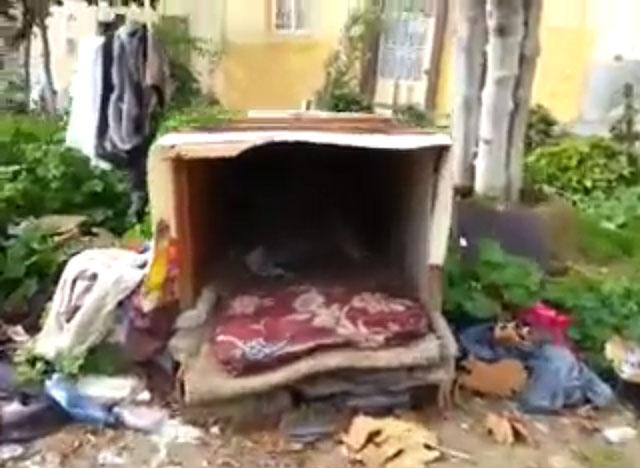 في كسابراطا مواطن يسكن صندوقا خشبيا
