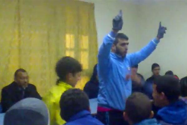 محتجون يحرجون عمدة تطوان